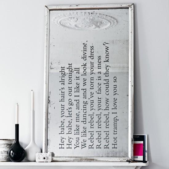 lustro w salonie