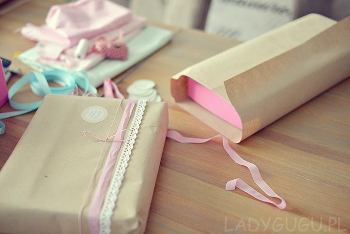 pakowanie-prezentow-w-szary-papier