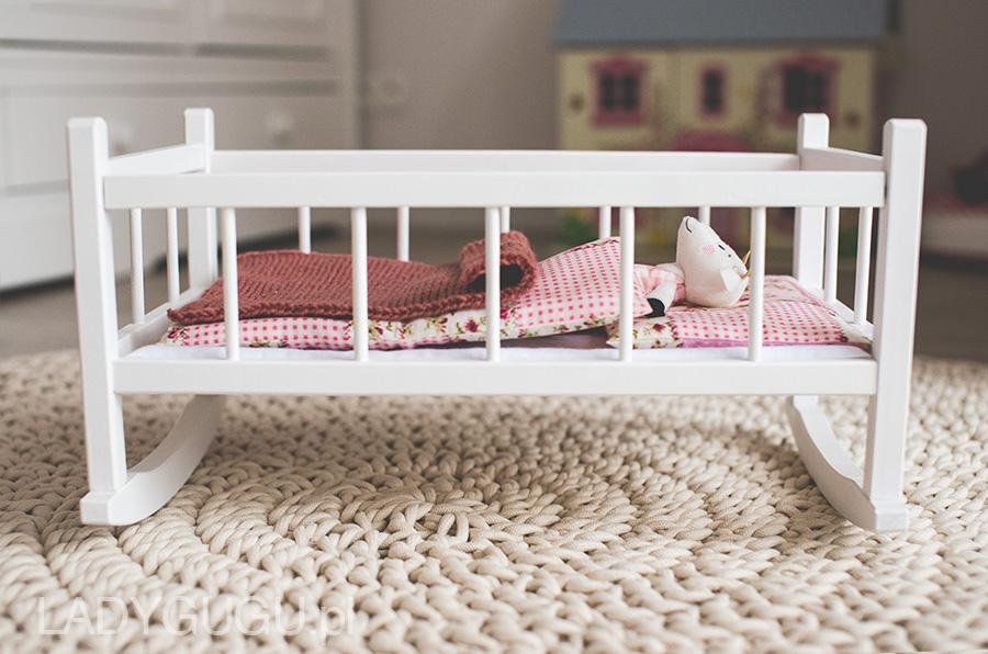 Drewniana kołyska dla lalki