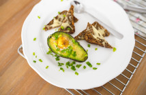 pomysl na zdrowe sniadanie awokado zapiekane z jajkiem