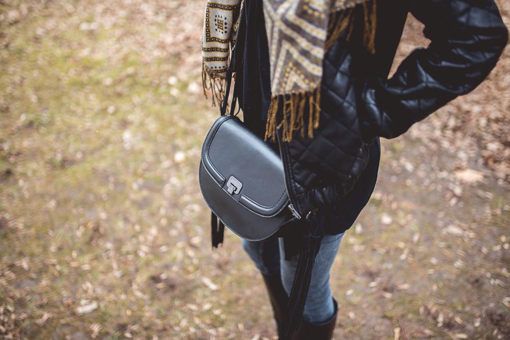 mala czarna torebka listonoszka