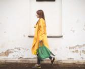 Żółty płaszcz i zielona torebka