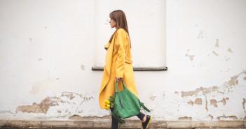 zielona torebka zolty plaszcz