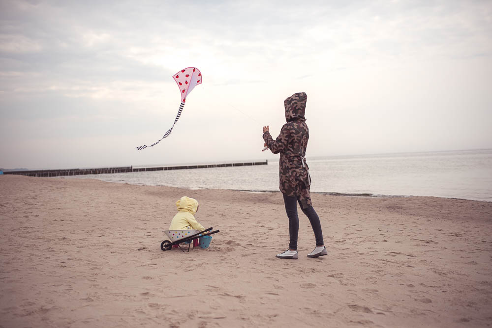 puszczanie latawca na plazy
