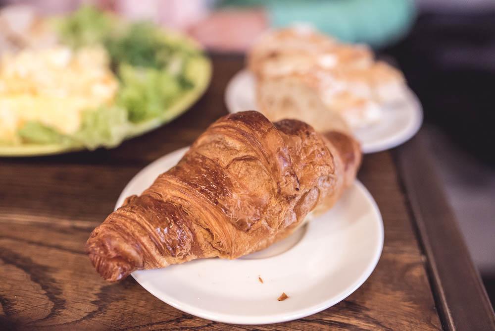 sniadanie crouissant
