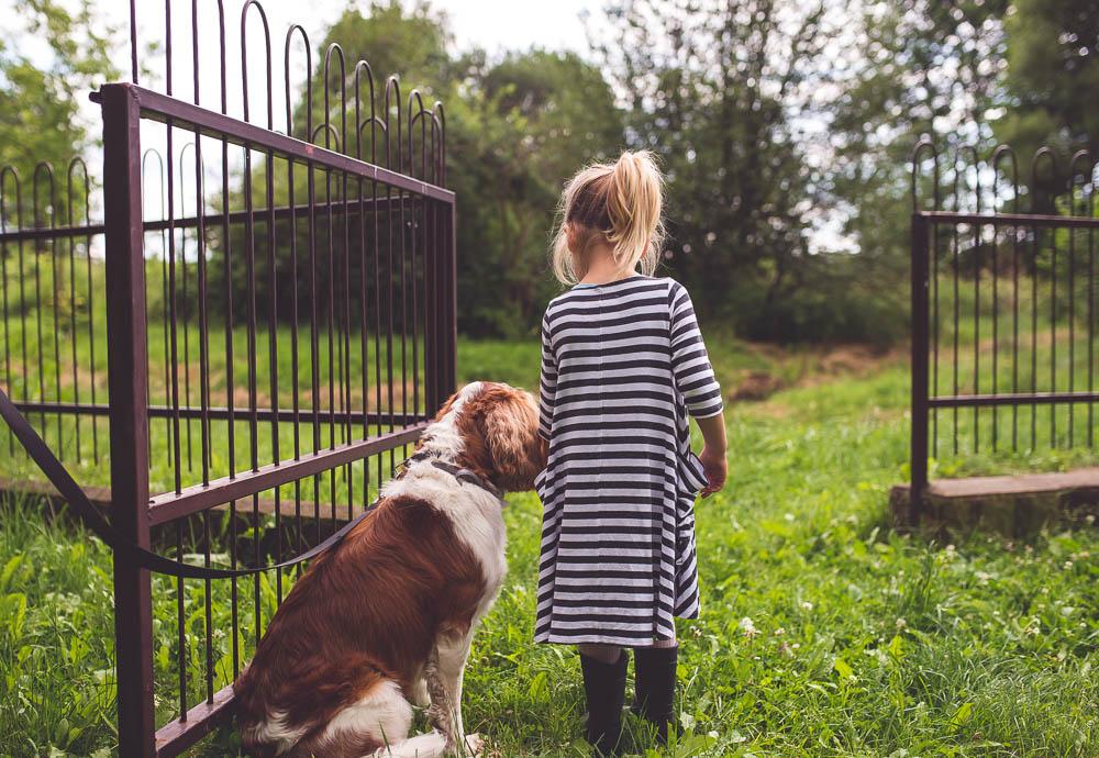 dziecko bawi sie z psem