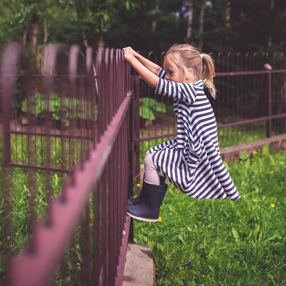 dziewczynka w pasiastej sukience