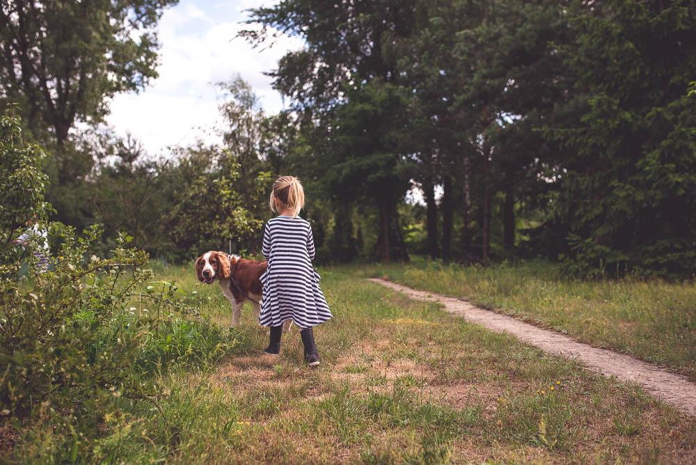 spacer z psem po ogrodzie