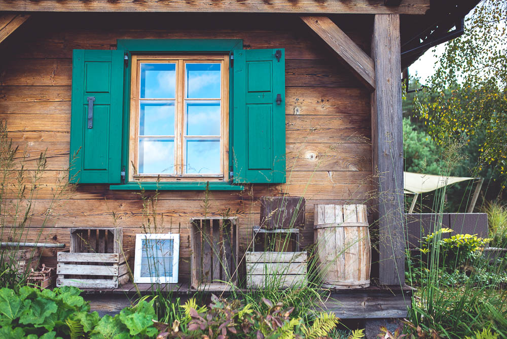 dom drewnianymi okiennicami