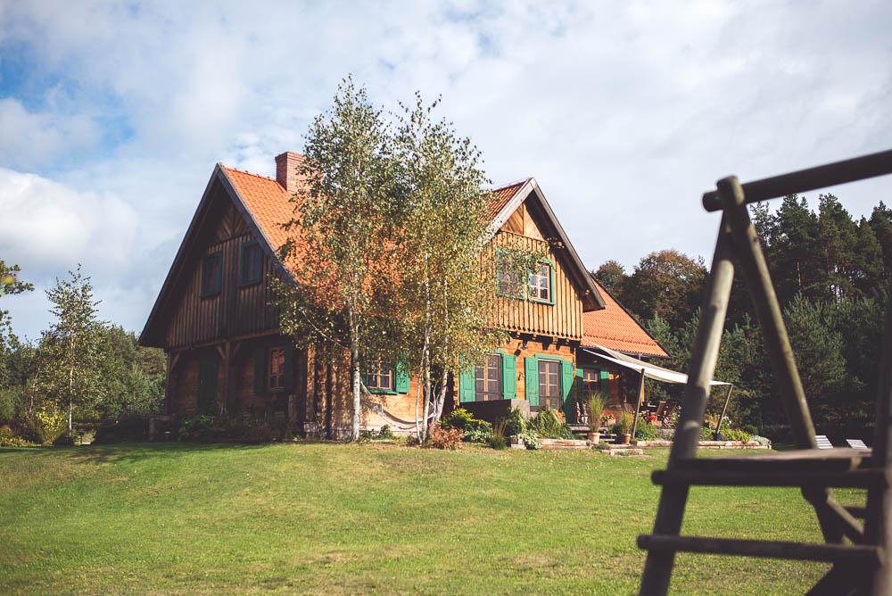 dom z zielonymi okiennicami