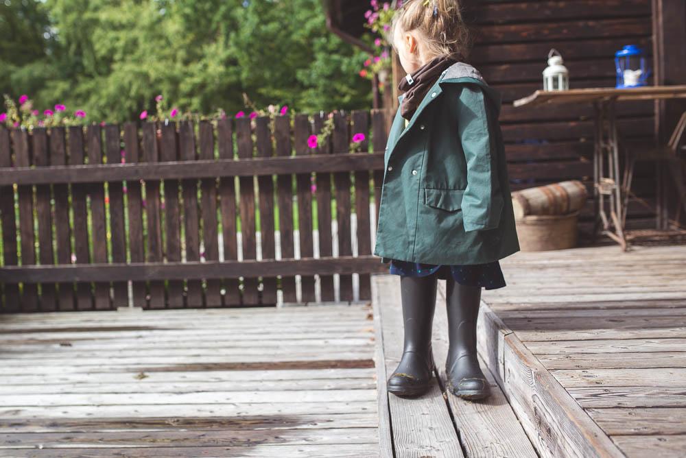 dziecko w butach mamy