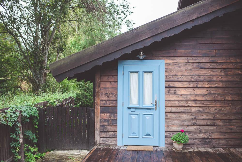 niebieskie drzwi wejsciowe