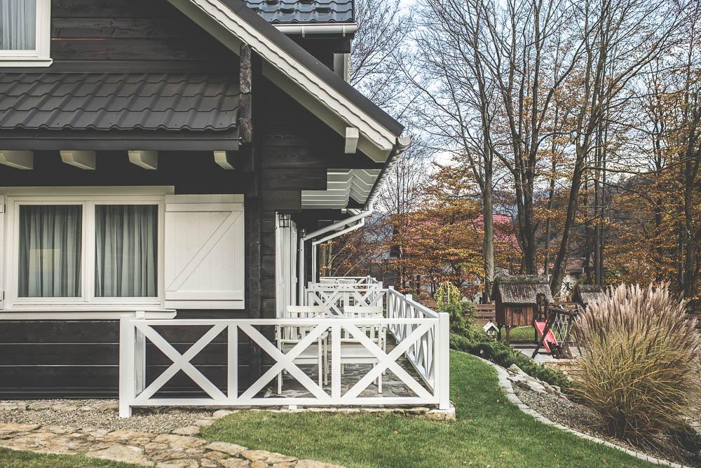 drewniany czarny dom biale okiennice