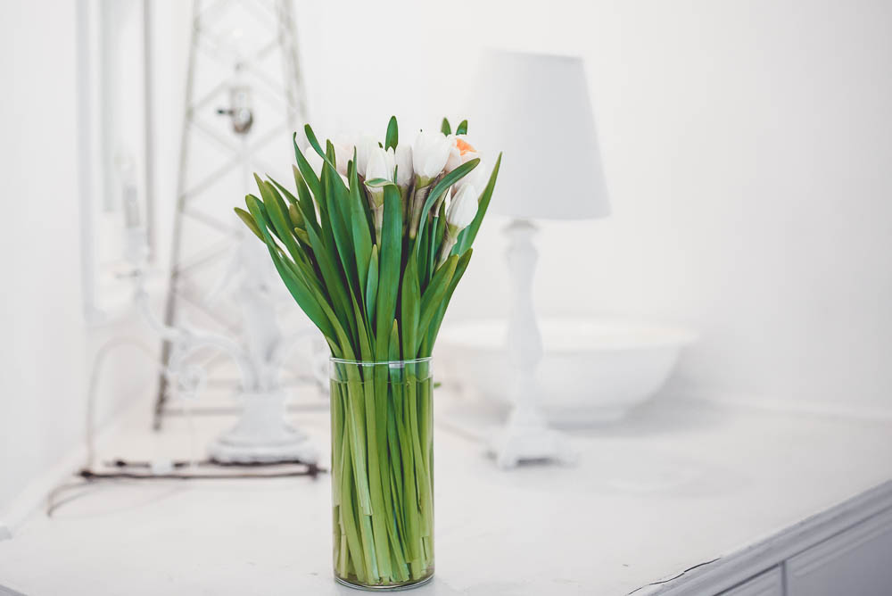 biale kwiaty w wazonie