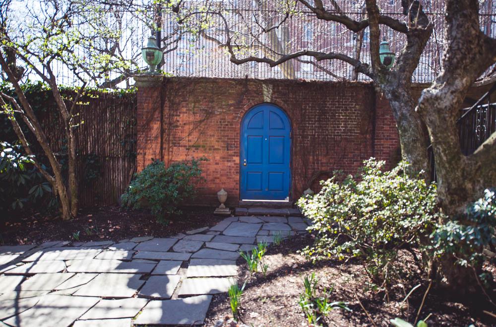 niebieskie drzwi w nowym jorku