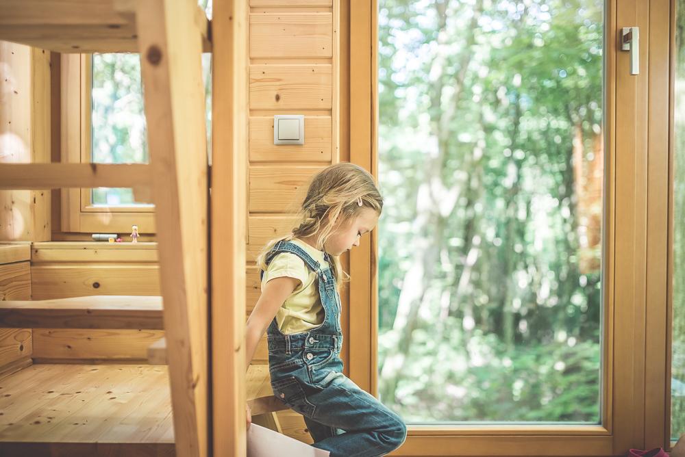 dziecko w domku na drzewie