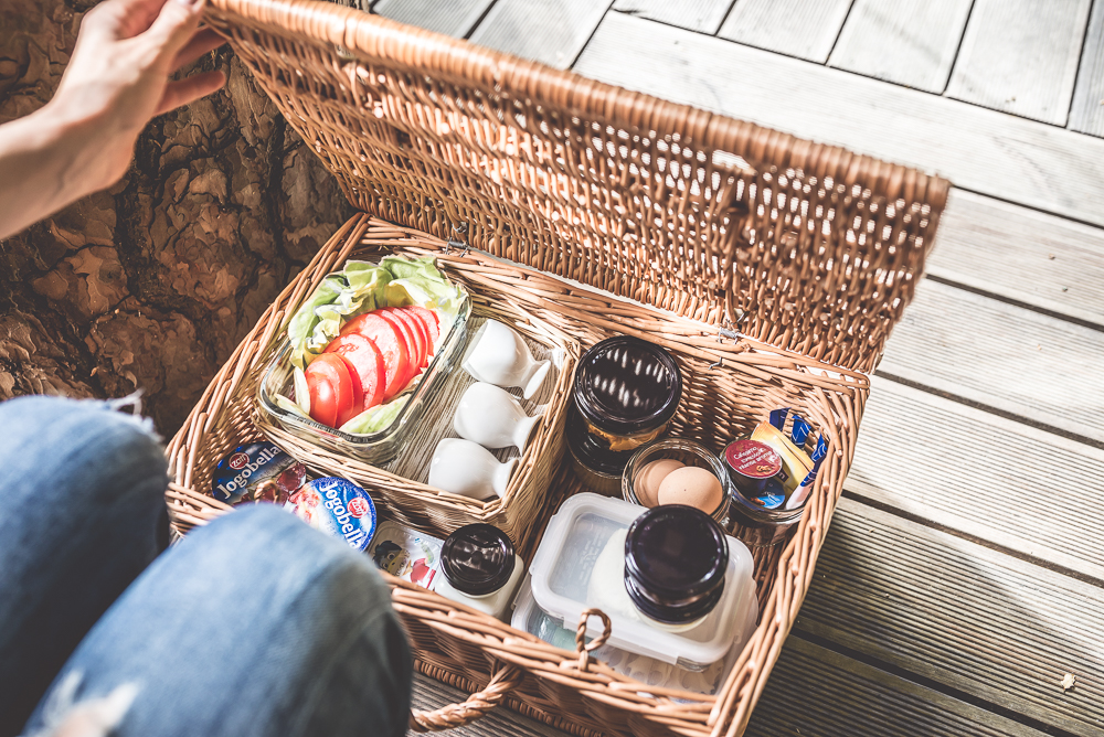 sniadanie w koszyku piknikowym