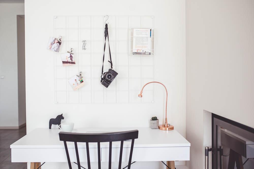 biale biurko w salonie
