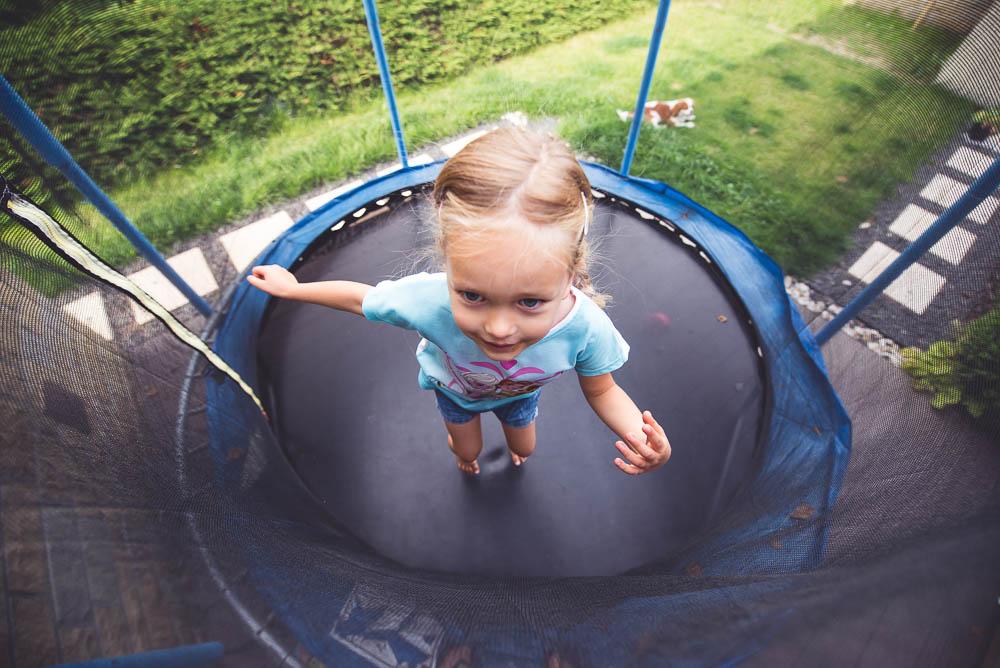 Kupiłam dziecku TO ustrojstwo… i nie żałuję (dajcie spokój tym cholernym trampolinom!)