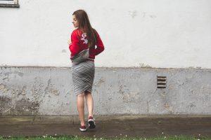 olowkowa spodnica z czym nosic