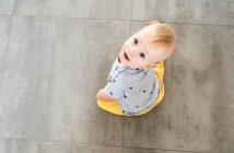 dotykanie niemowlat po rekach