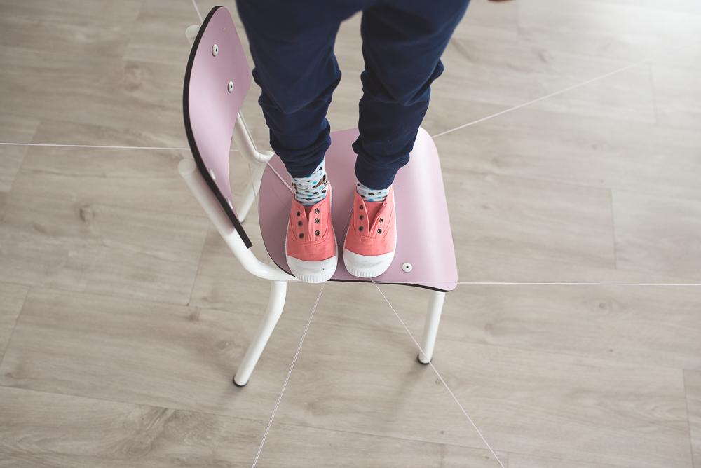dziecko na krzesle