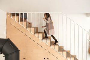 dziewczynka na schodach