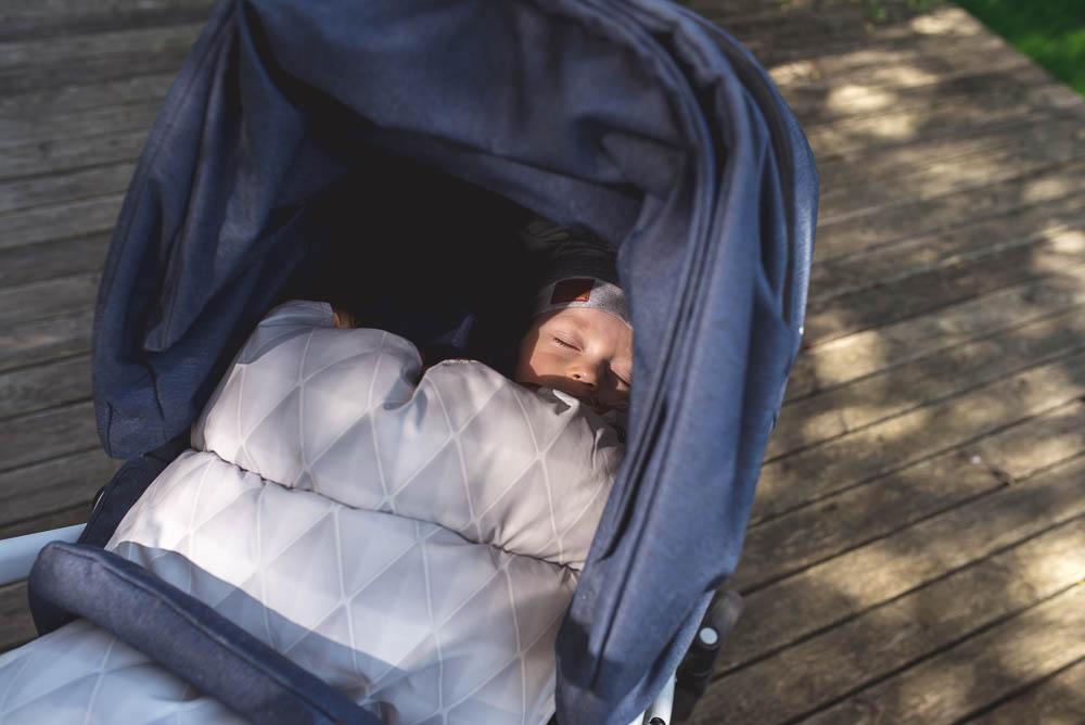 niemowle spi na tarasie