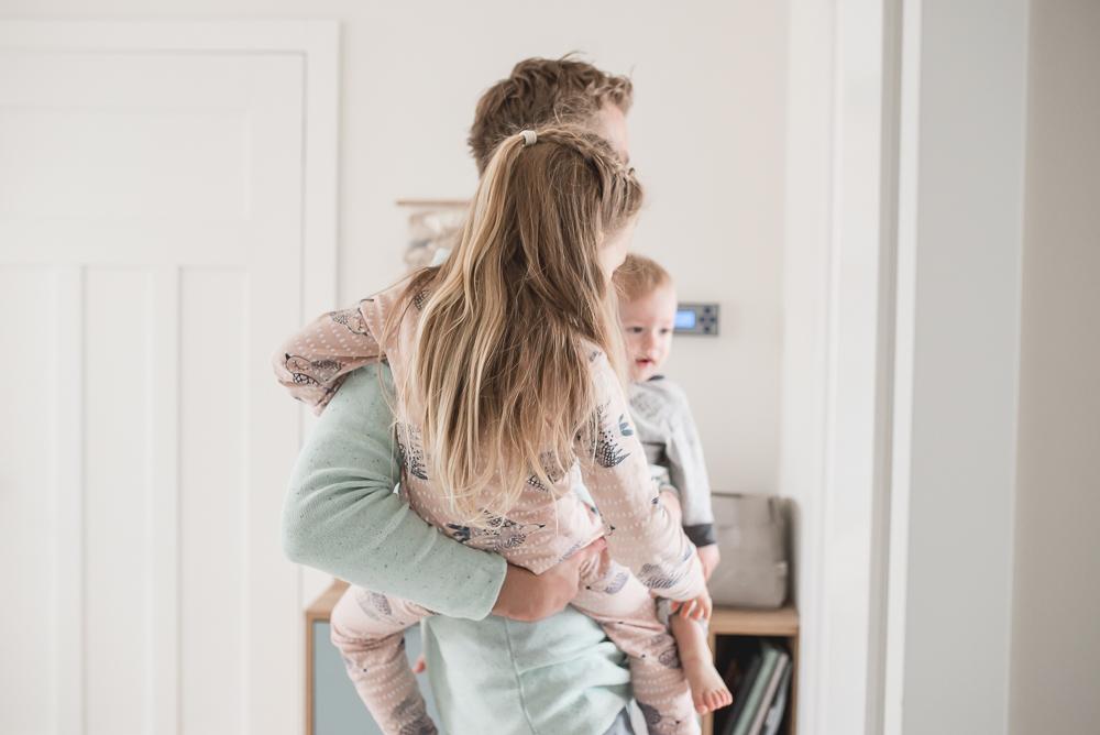 tata opiekuje sie dziecmi