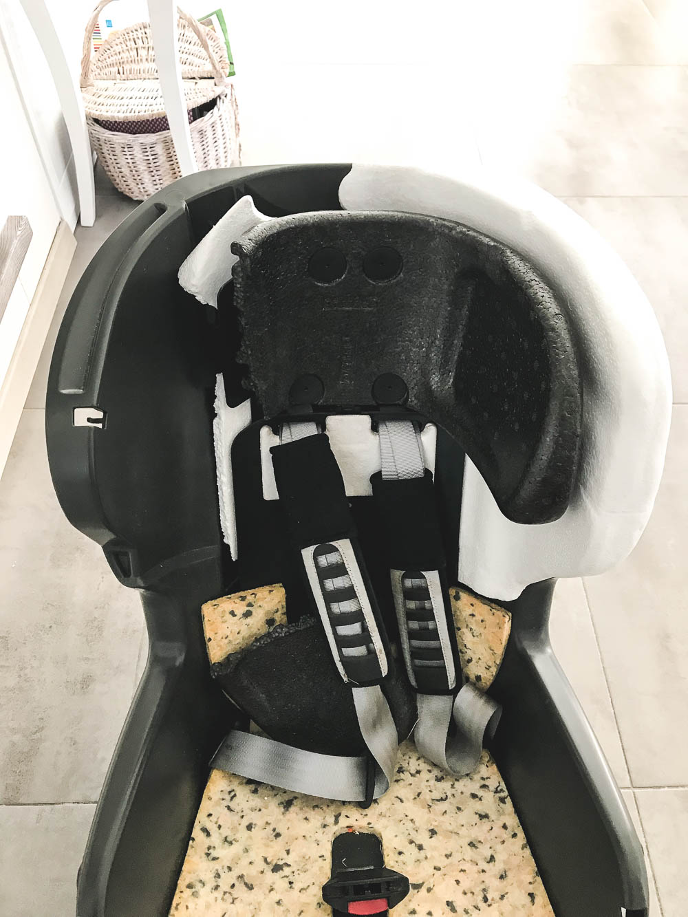 uszkodzony fotelik samochodowy