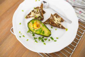 pomysl na zdrowe sniadanie-awokado-zapiekane-z-jajkiem