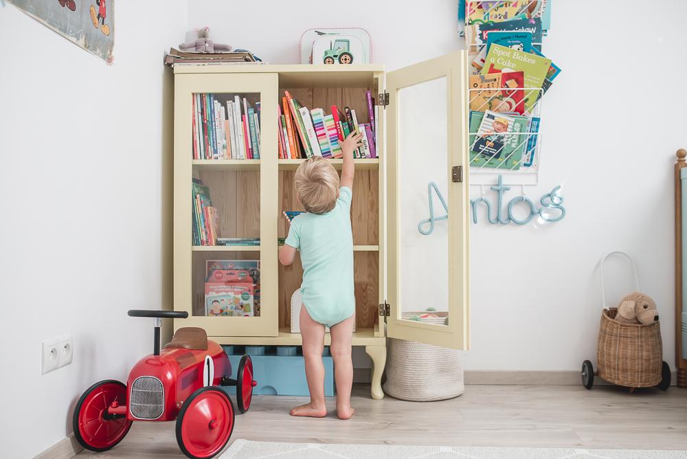 dziecko wybiera ksiazki