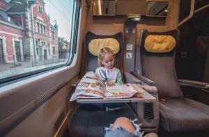 dziecko czyta w pociagu