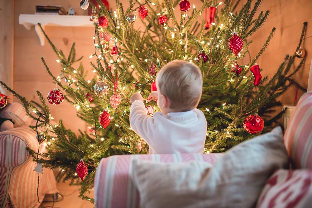 dekorowanie choini z dziecmi
