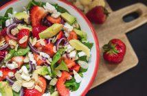 salatka ze szpinakiem truskawkami