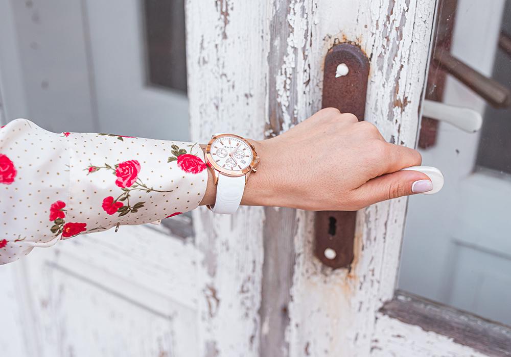 zegarek do bialej bluzki