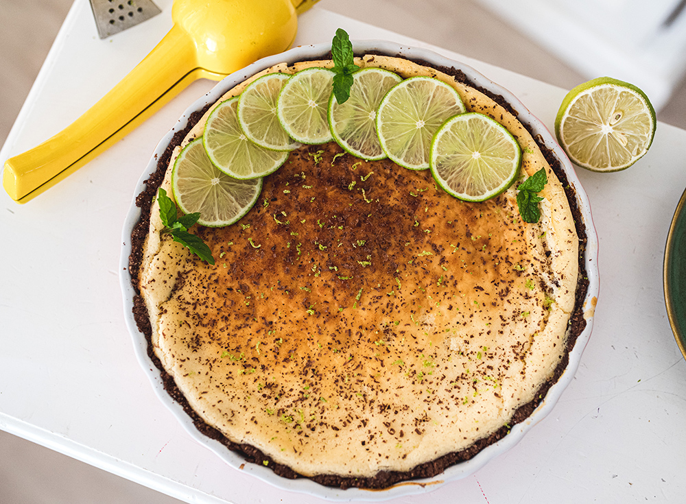 Tarta cytrynowo-limonkowa z czekoladowym spodem.